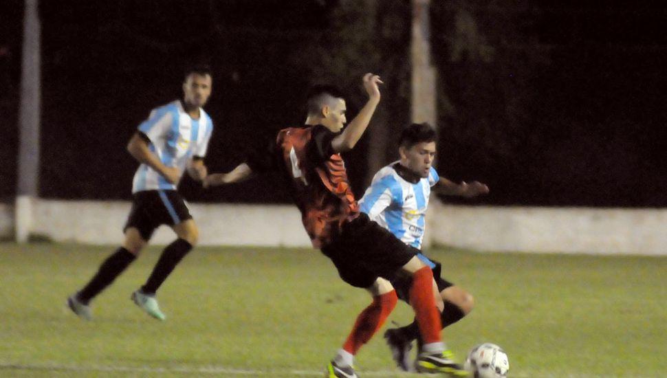 Geremías Funes va  firme a la marca y desbarata un ataque de Rivadavia de Junín.