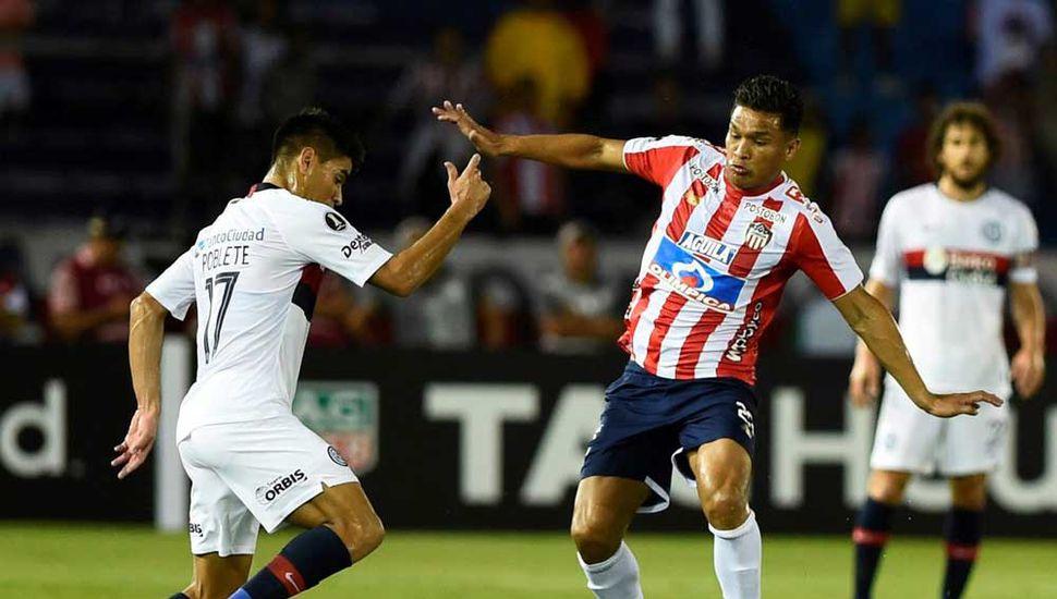 Teófilo Gutiérrez, a quien le anularon un gol, lucha por el balón con Gerónimo Poblete. Junior anoche venció 1 a 0 a San Lorenzo.