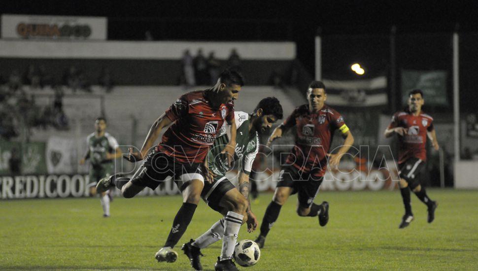 Solo le faltó el gol. Nicolás Orsini tuvo un gran partido, peleó con los defensores  y fue clave para generar peligro.