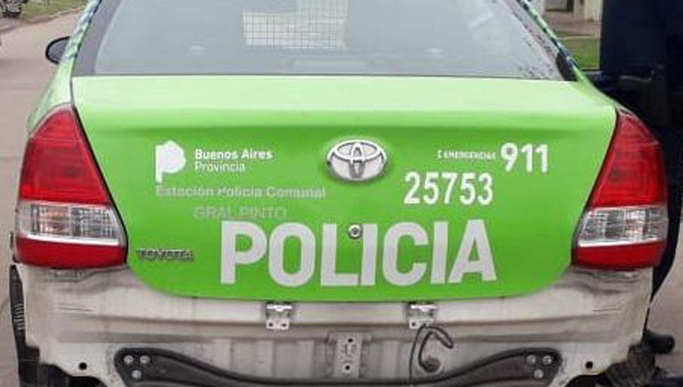 El patrullero de la Policía Comunal de General Pinto registró deterioros en su parte trasera tras la colisión.