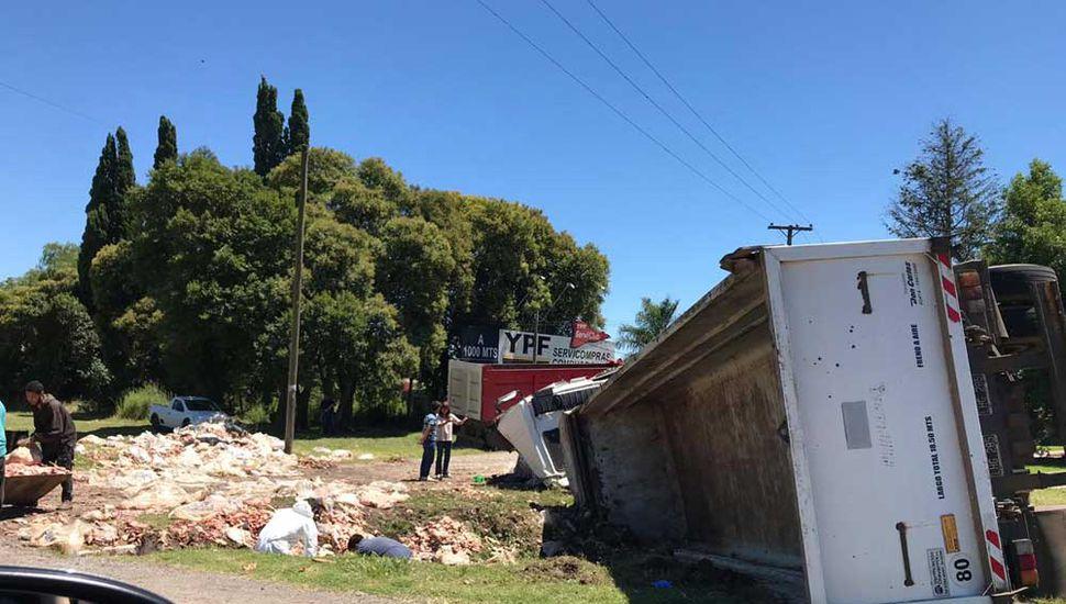 El camionero quedó atrapado en la cabina.