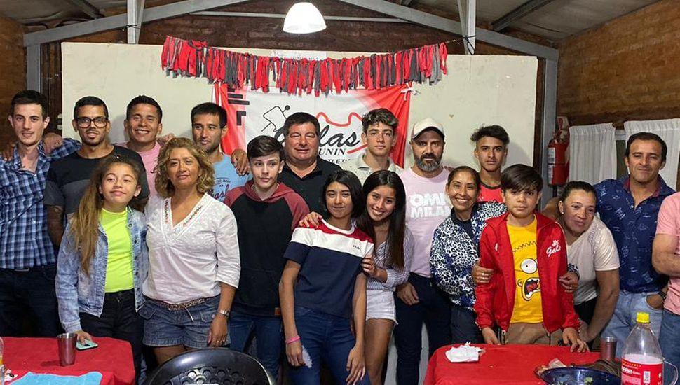 """Gerardo González junto a atletas y colaboradores de """"Galas de Junín""""."""