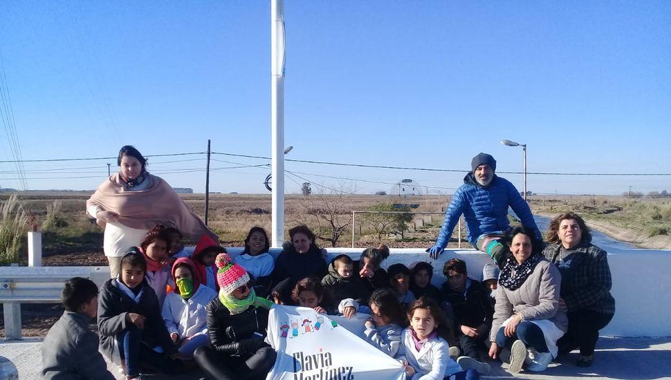 Mario Lange embellece el puente de acceso a Arenales junto a estudiantes del pueblo