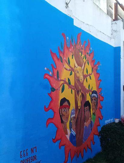 El presente mural representa la cultura de la comunidad mapuche, destacando el respeto hacia la naturaleza y la vida. Los colores utilizados están en la bandera.