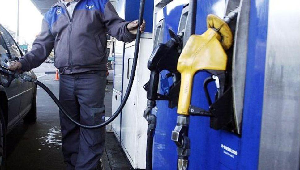Ante la baja del petróleo y el dólar, los combustibles reducen su precio.