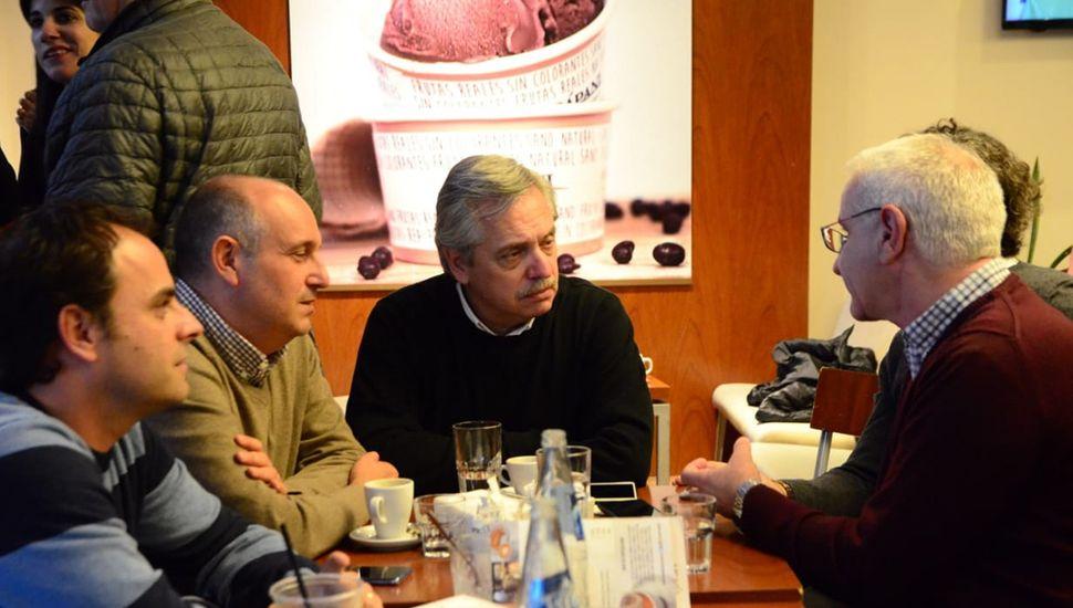 Alberto Fernandez junto a Alexis Guerrera, Fredy Zavatarelli (izquierda) y Luis Siri (derecha).