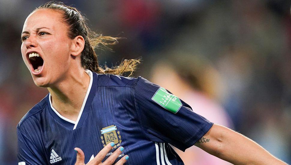 """La delantera argentina Florencia Bonsegundo celebra después de marcar el tercer gol frente a Escocia, en el 3 a 3 de ayer en el estadio """"Parque de los Príncipes"""" de París."""