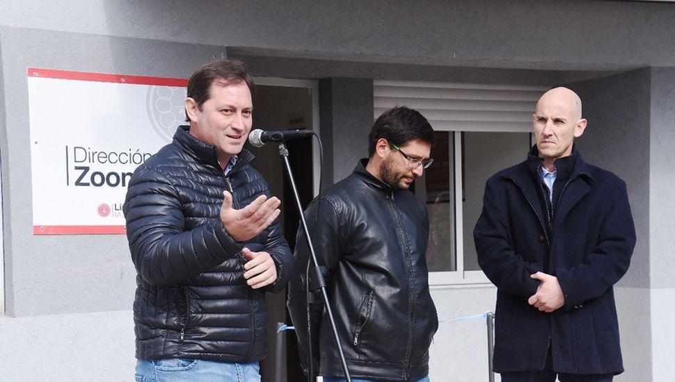 Autoridades presentes en la inauguración de Zoonosis.