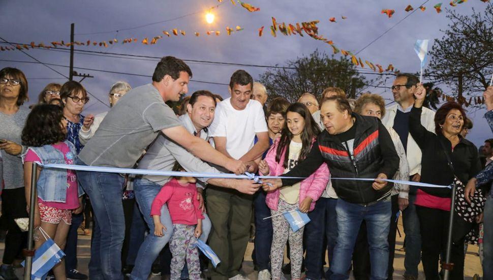 El intendente Salvador Serenal y vecinos en la inauguración de obras.