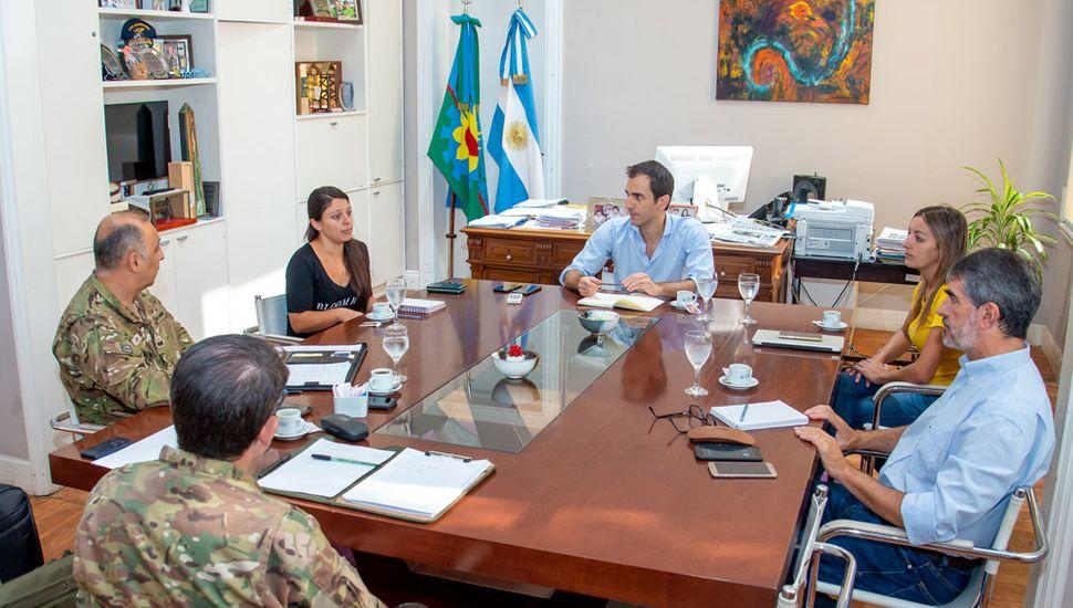 El intendente Pablo Petrecca encabezó una reunión con funcionarios y autoridades del Grupo de Artillería 10 para descentralizar la ayuda alimentaria.