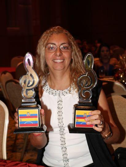 Rosana Silva con los dos premios.