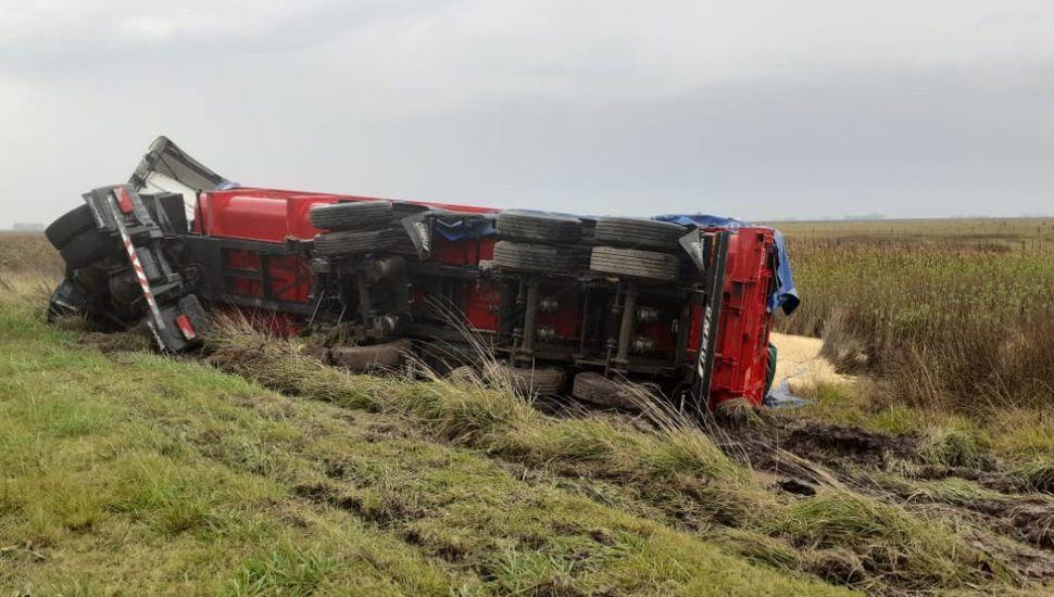 Un camión volcó en la Ruta 50