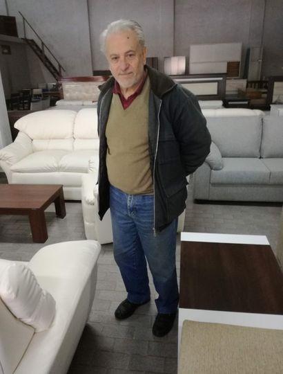 Junto con su hermano y acompañado de su hija, Horacio Bucalá está al frente de la mueblería que abrió su padre.
