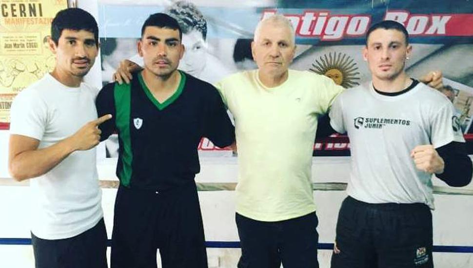 """Ariel Castillo (izquierda), Marcelo Farías, Juan Martín """"Látigo"""" Coggi y Nicolás de León (derecha) en un alto del trabajo en el gimnasio de Brandsen."""