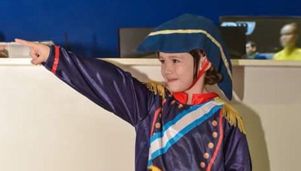 El niño que tiene como ídolo a San Martín y espera los actos patrios para representarlo