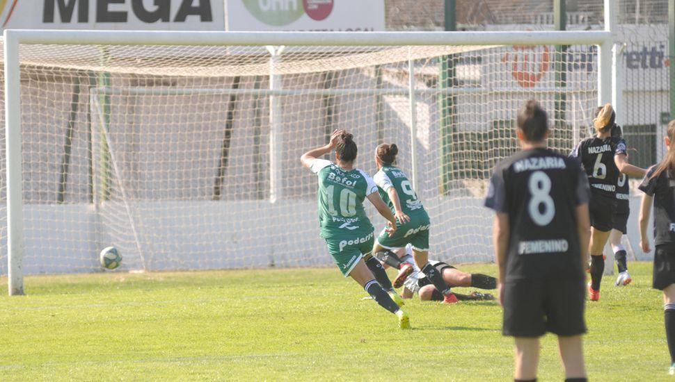 Sofía Dambrosio anota uno de los goles de Sarmiento y va a festejar con la autora del otro tanto, Melina Garialdi Panero.