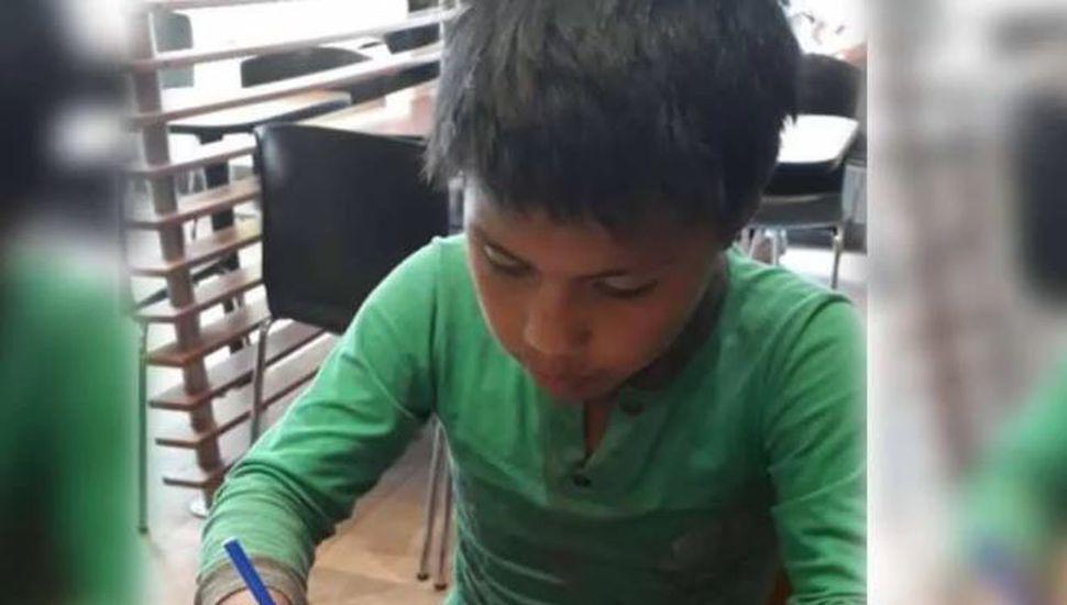 Tiene 11 años, vende en la calle y pidió ayuda para escribir una carta de amor