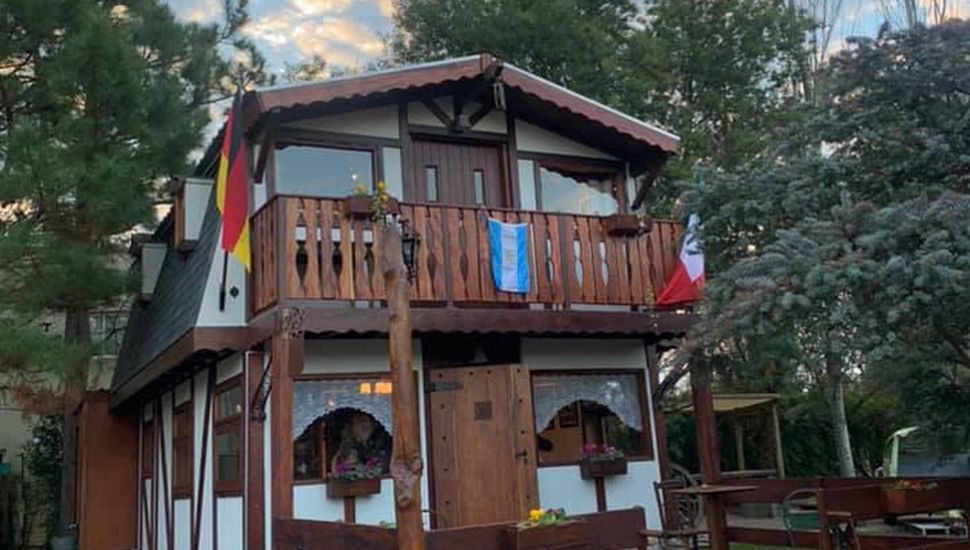 La cabaña fue construída por Cristian Schwindt; su esposa Virginia elabora la pastelería centroeuropea que ofrecen.