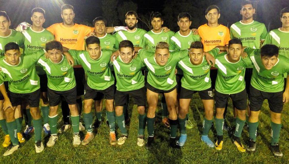 Plantel que presentó Sportivo Sarmiento de Germania para golear 5 a 1 a Juventud Unida de Colonia Alberdi.