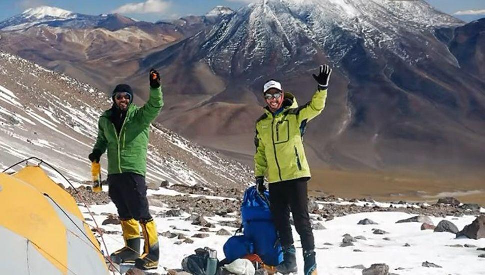 Diego Lancuba alcanzó la cima del volcán Incahuasi junto al guía de montaña.