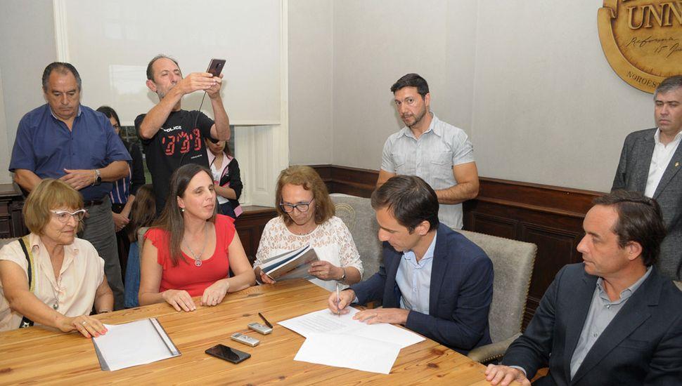 El intendente Pablo Petrecca, al firmar el convenio.