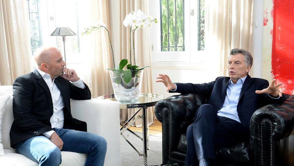 """Mauricio Macri, que en la semana se reunió con Jorge Sampaoli para hablar de fútbol, alienta la polarización electoral bajo la consigna """"economía vs. corrupción"""""""