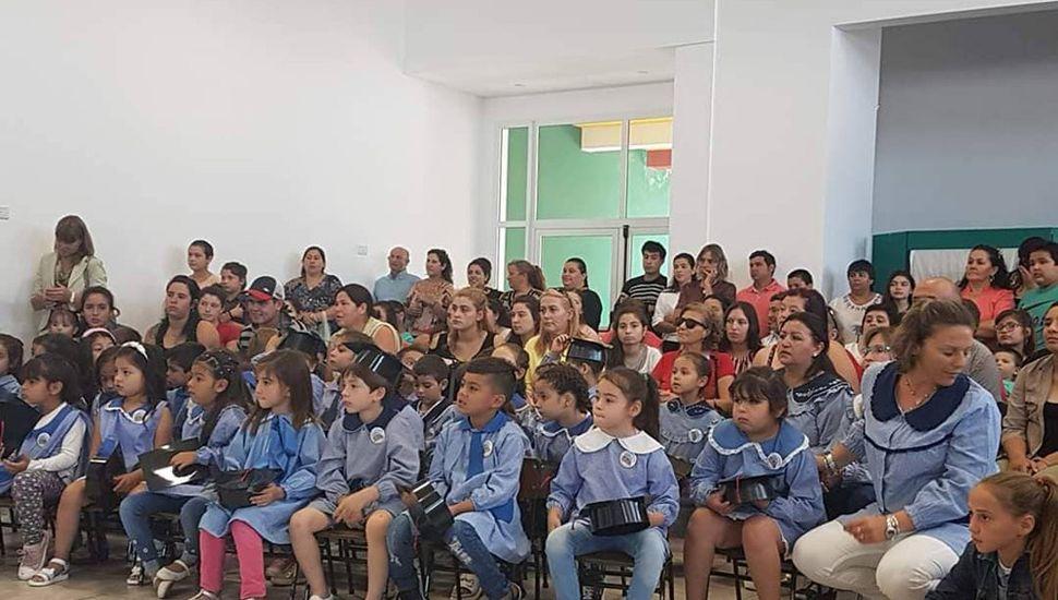 Los niños fueron acompañados por familiares y allegados, en el acto de cierre del ciclo de educación inicial.