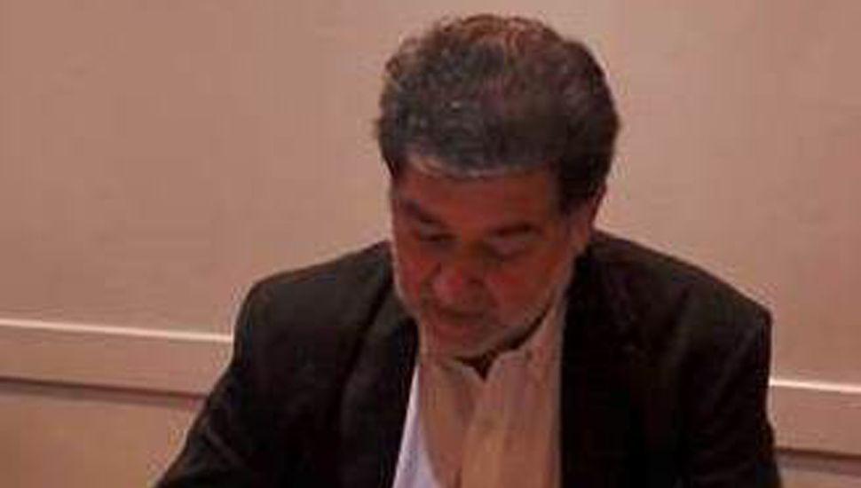 El director de Ceremonial y Protocolo de la Municipalidad de General Pinto al firmar las actas de la naciente entidad.