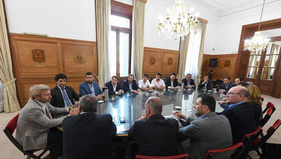 La reunión se desarrolló en el Salón de los Escudos de la Casa Rosada.