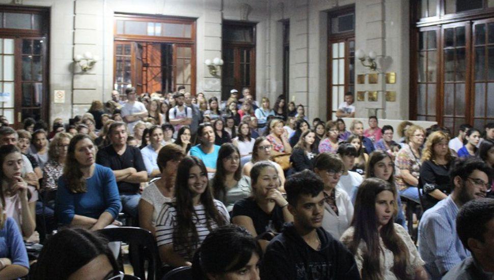 Más de 200 estudiantes accedieron a las becas municipales