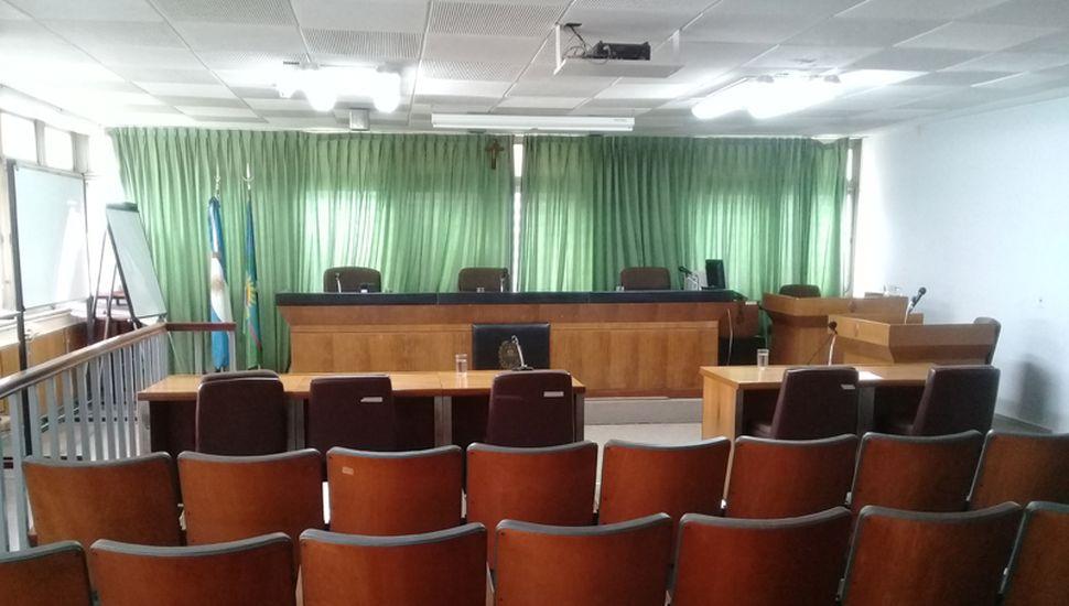 La sala de audiencia quedó vacía tras la suspensión del debate, ayer.