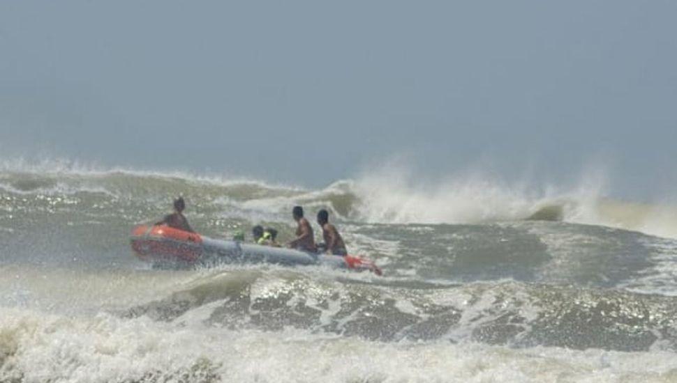 En el mar sigue la búsqueda del nadador Ezequiel Bermejo.