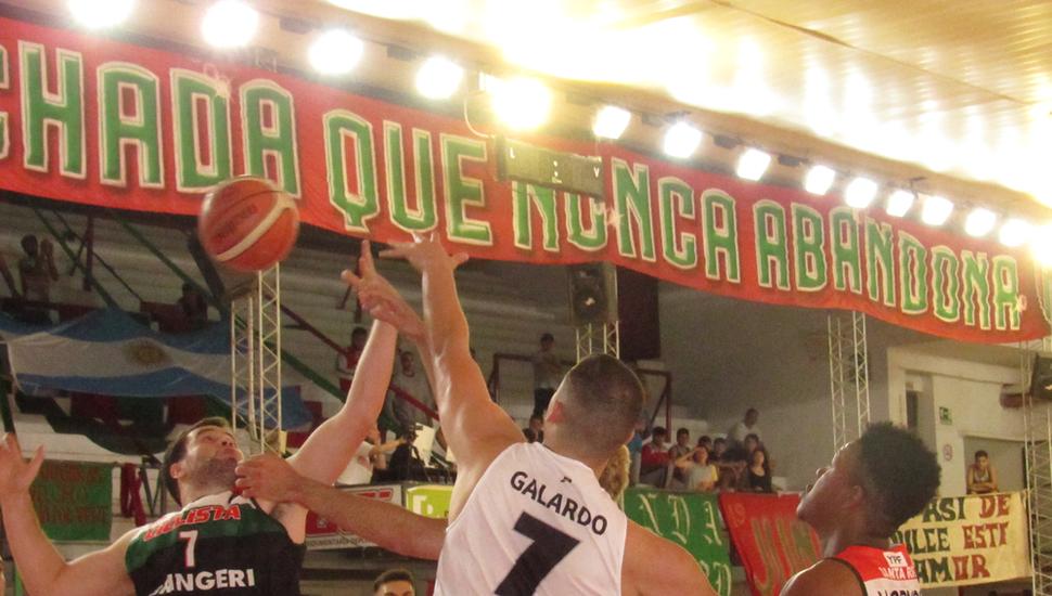 Bautista Arrascaete se queda con el rebote ante Ignacio Gallardo.