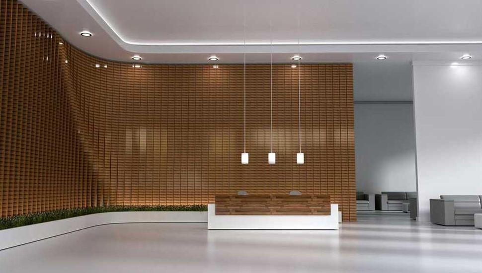 """Pared confeccionada con """"brixels"""" en un hall de un edificio."""