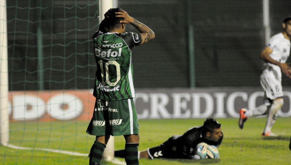 Gonzalo Bazán se lamenta y Trípodi retiene el balón.