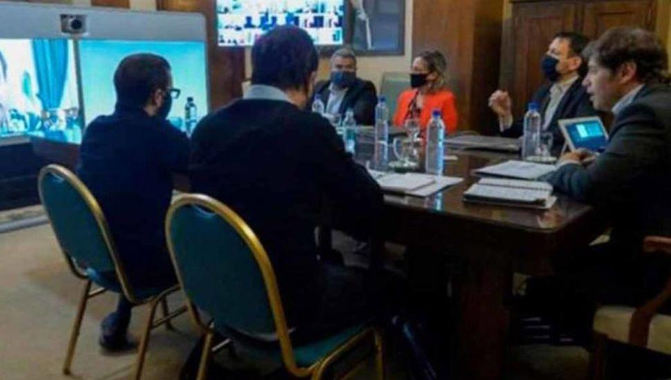 El gobernador Axel Kicillof (derecha) y otras autoridades provinciales, en teleconferencia con el intendente de General Pinto, Jorge
