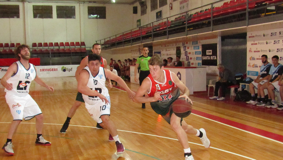 Guido Pinelli supera a Leonardo Adaro.