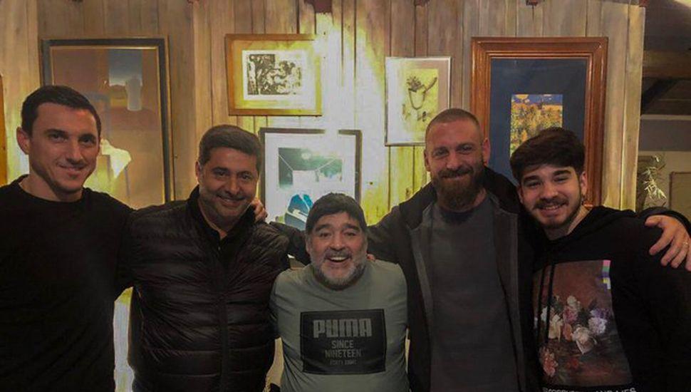 Diego recibió a la comitiva de Boca en su casa.
