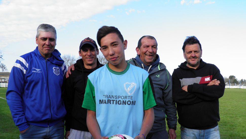 """El """"Pela"""" Elián Pirani al frente, su padre Raúl detrás, los entrenadores Cristian Badino y Oreste Lopez; y el presidente de Defensa, Gastón"""" """"Petete"""" Freda."""