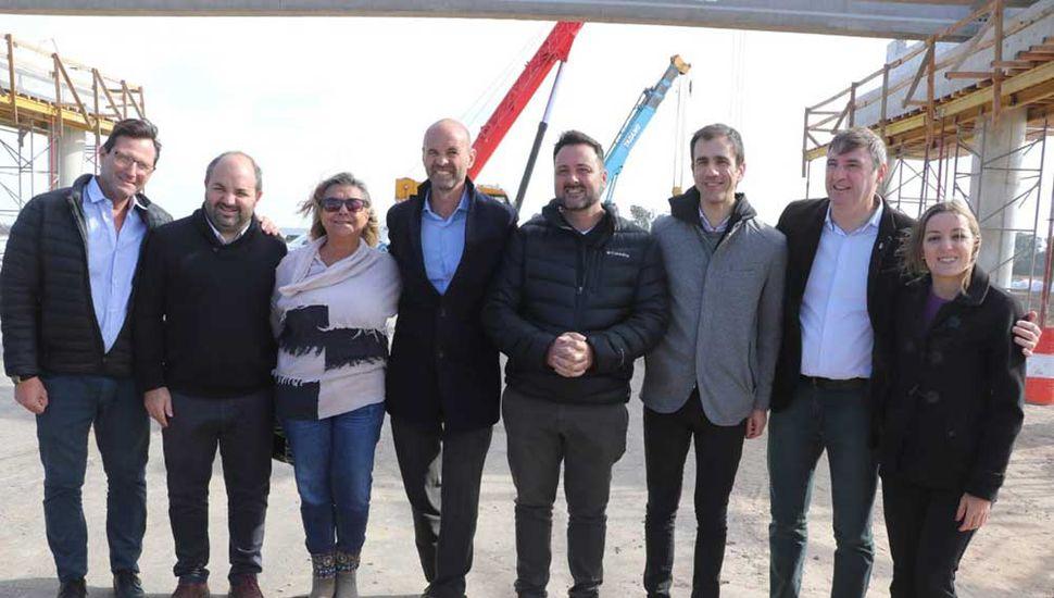 El ministro de Transporte, Guillermo Dietrich, junto a intendentes y funcionarios, ayer, en Carmen de Areco.