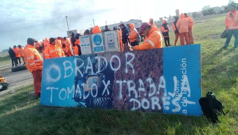 En protesta por las desvinculaciones, los trabajadores tomaron el obrador.