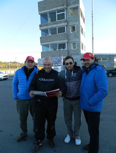 Darío Elisei ojeando una revista del Club donde figura su último podio en la FRB 1400, en el viejo autódromo.