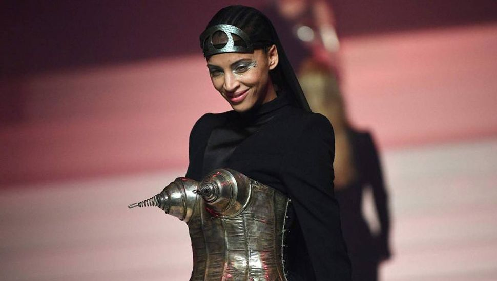 La actriz francesa Noemie Lenoir, durante el desfile de Jean Paul Gaultier, este miércoles.