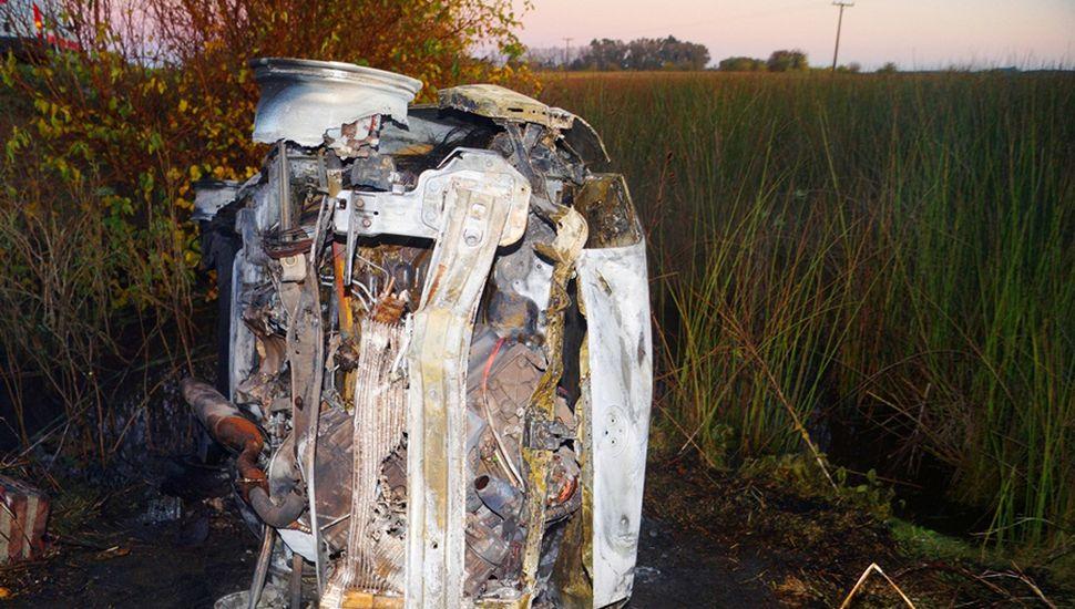 Destrucción total: el vehículo fue consumido por las llamas.