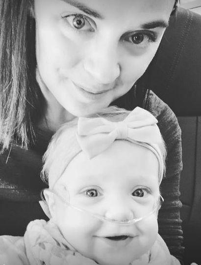 Le dejó su asiento en primera clase a una mujer que viajaba con su hija enferma