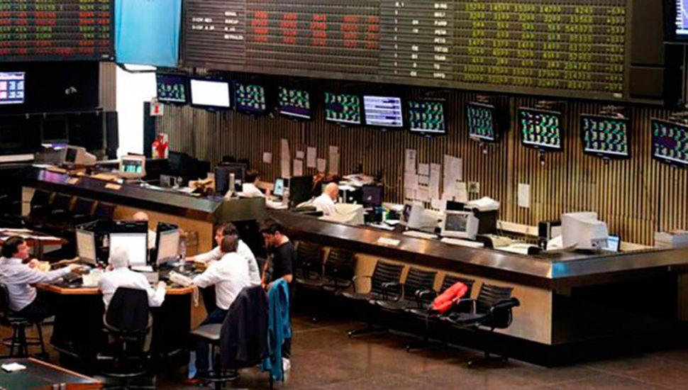 Mercados festejan: el Merval trepó 3,1%, el riesgo país cayó 2,3% y el dólar bajó 9 centavos