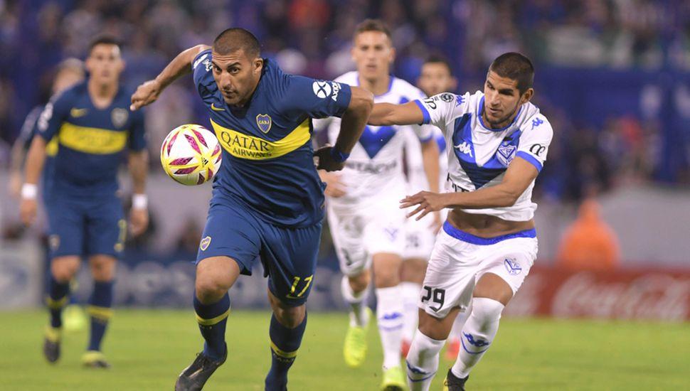 Ramón Abila pelea por el balón, el delantero se retiró lesionado.