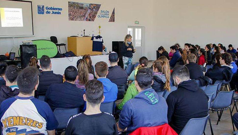 """Buen número de participantes tuvo la capacitación para la enseñanza de handball en las escuelas realizada en el Complejo Municipal """"General San Martín""""."""