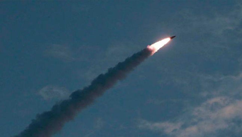 """Corea del Norte disparó dos misiles y llamó """"insolente"""" al presidente Moon"""