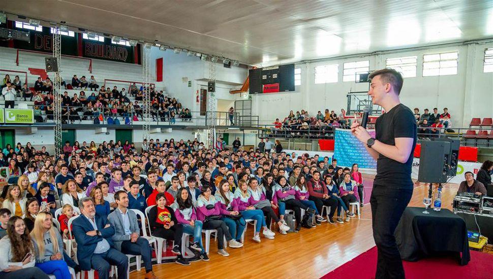Salvatto fue recibido por el intendente municipal, Pablo Petrecca, quien lo declaró Huésped de Honor antes de brindar una charla para cientos de chicos juninenses.